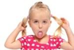 10227753-droles-petite-fille-fait-la-grimace-idiote-tout-en-tirant-sur-ses-tresses